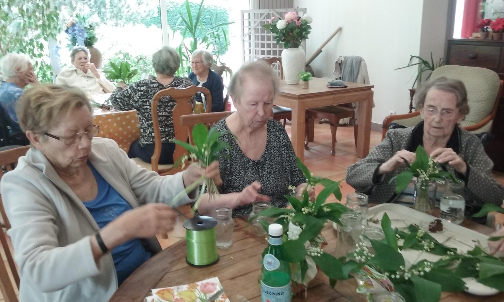 Nos mamies préparent les bouquets de muguet